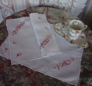 2 NAPPERONS ANCIENS BRODES OU SETS DE TABLE. DECO SHABBY