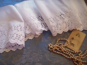 BRODERIE ANGLAISE ANCIENNE MAIN LARGE VOLANT