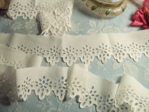 TRES JOLIE BRODERIE ANGLAISE  ANCIENNE  MAIN